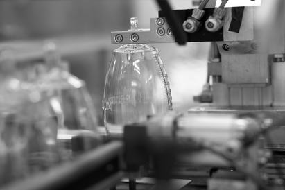 Clean room manufacturing: Automatic assembly of a Redon bottle